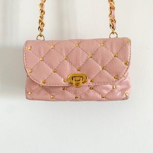 Pink leather small bag, chain strap, gold metal.
